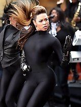 Beyonce demonstrates tight spandex cameltoe